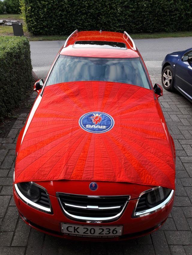 Rød patchworkstæppe til ny rød bil syet af Susanne. patchworkstoffet købt hos HANNES patchwork